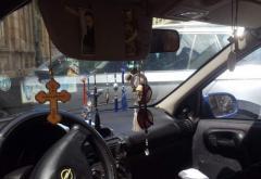 Brăduţii şi cruciuliţele care-atârnă la retrovizoare îţi aduc amenzi