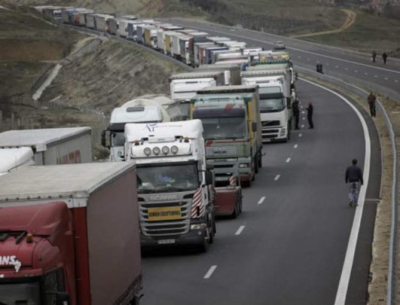 Transportatorii români amenință cu blocarea vămilor la granița cu Ungaria