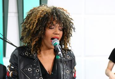 """LIVE: Julie Mayaya a """"adus-o"""" pe Tina Turner în Morning ZU"""
