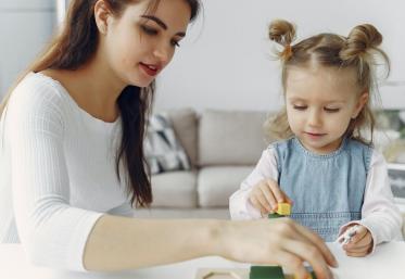 Părinții au început, din nou, să ceară angajatorilor să-i lase să stea acasă alaturi de copii