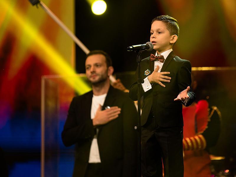 """Marea Unire ZU 2020: Eric Dobriceanu, câștigătorul """"Next Star"""", ne-a emoționat cântând imnul României"""