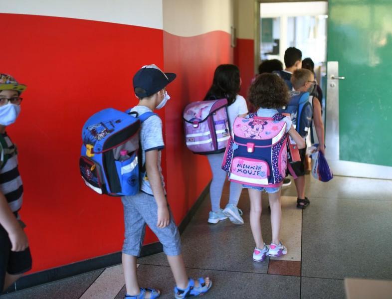 De luni, masca nu va mai fi obligatorie în curtea școlii