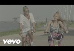 Carlos Vives & Shakira - La Bicicleta | VIDEOCLIP