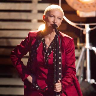 "Annie Lennox - ""Walking on Broken Glass"" (Video)"
