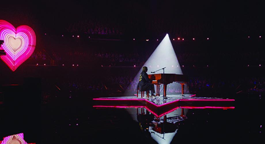 Sir Elton John ne surprinde cu o emoţionantă reclamă de Crăciun