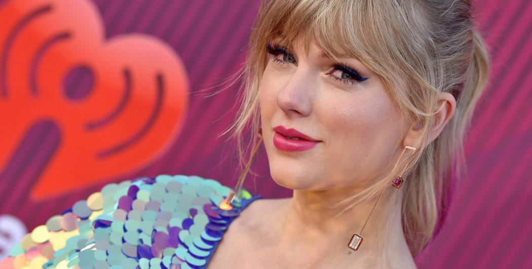 "Taylor Swift: ""Christmas Tree Farm"" (Video)"