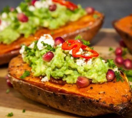 Cartofi dulci cu avocado și brânză feta