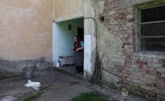 """Ana are 85 de ani și a ajuns să trăiască singură într-un bloc-fantomă din munții Hunedoarei. Povestea incredibilă a unei supraviețuitoare"""""""