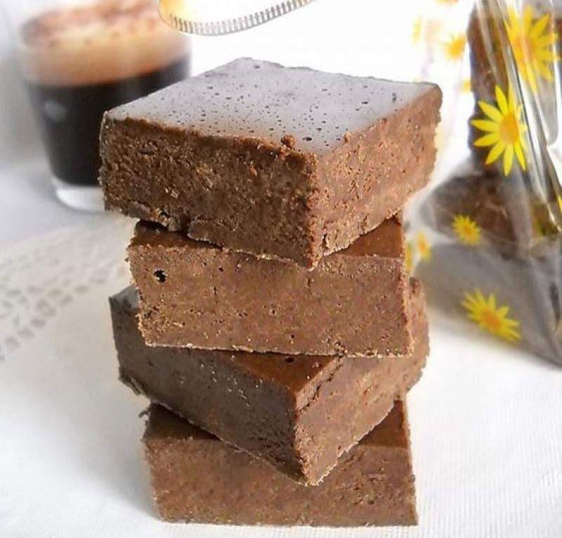 Rețetă ciocolată de casă. Ciocolată neagră cu lapte