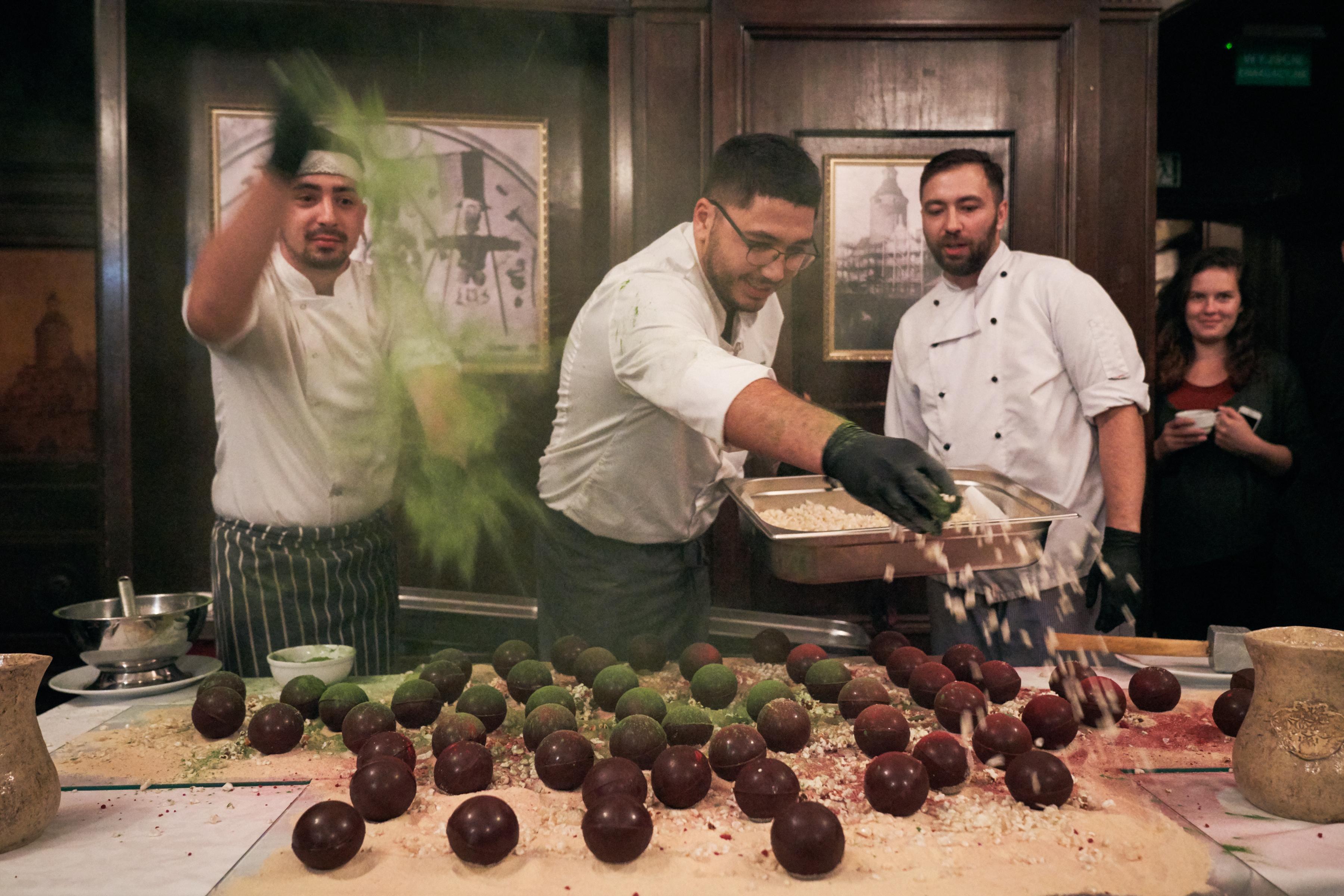 Ștrumfii Jedi au făcut spectacol internațional! Robert, Gabi și Bogdan au făcut echipă și au ridicat gătitul la rand de ARTĂ!