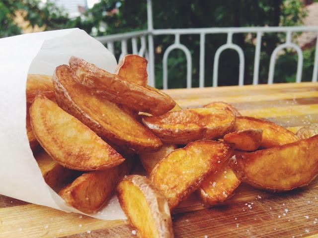 Rețetă cartofi wedges la cuptor. Garnitura care te va cuceri