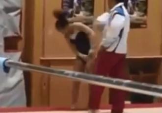 O gimnastă, bătută de antrenor, după ce a greșit un exercițiu! Atenție, imagini ce vă pot afecta emoțional!