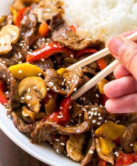 Cea mai bună mâncare chinezească de vită cu legume și susan se face în mai puțin de o oră!
