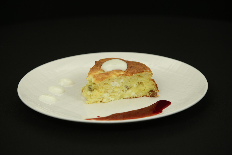 Prăjitură cu brânză și sos din fructe de pădure