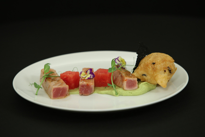 File de ton cu piure de avocado și pepene marinat