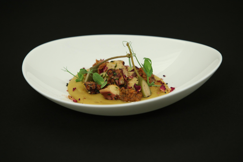 Caracatiță cu piure de linte și sos de măsline