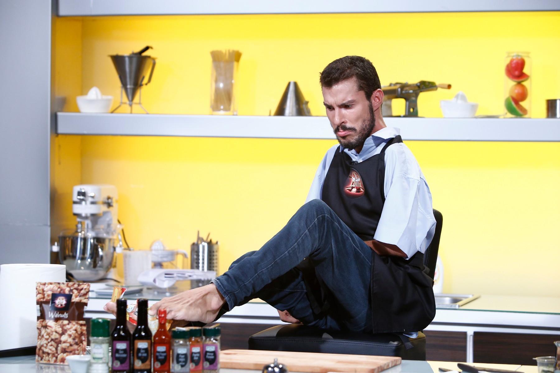 """Marți seară, de la 20:00, pe Antena 1: Un pictor cu handicap la mâini gătește la """"Chefi la cuțite"""""""