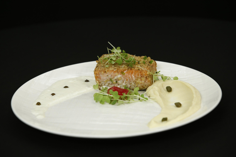 Somon în crustă de nuci cu sos din coajă de lămâie și caviar de lime