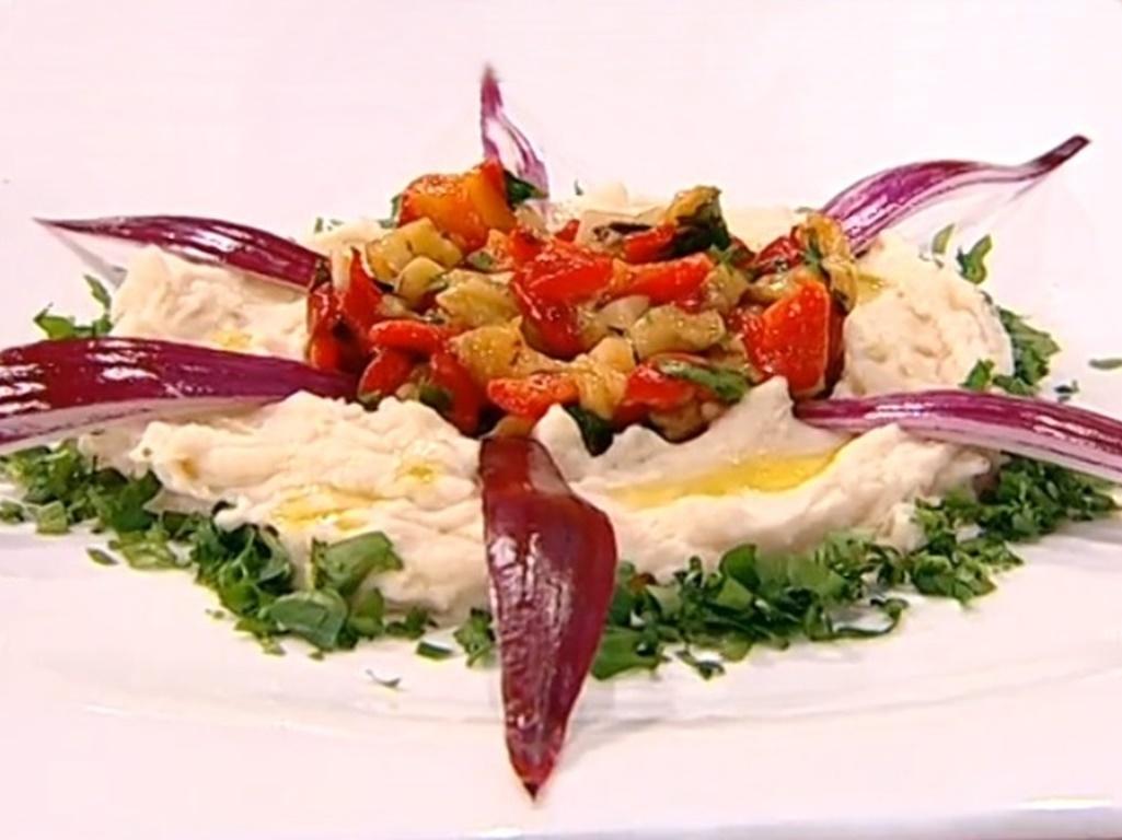 Rețetă de fasole bătută cu legume trase la tigaie și scăldate într-un sos delicios!