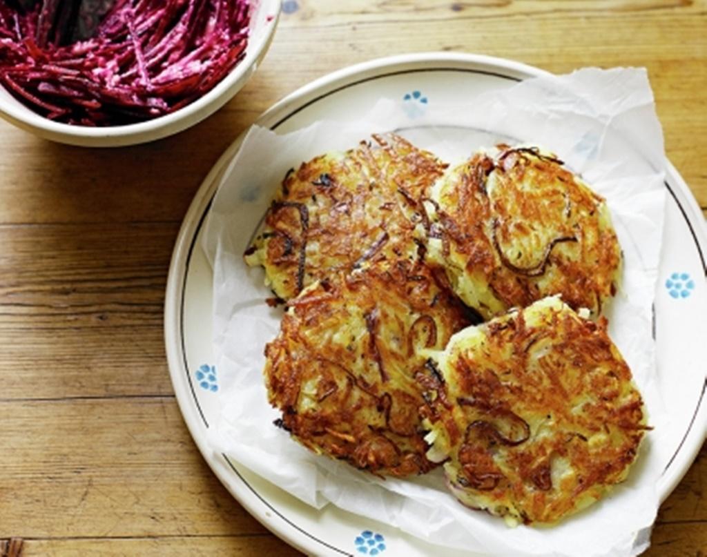 Chiftele din cartofi roșii cu salată de sfeclă și hrean. O alternativă foarte gustoasă și sănătoasă a clasicelor chiftele din carne!
