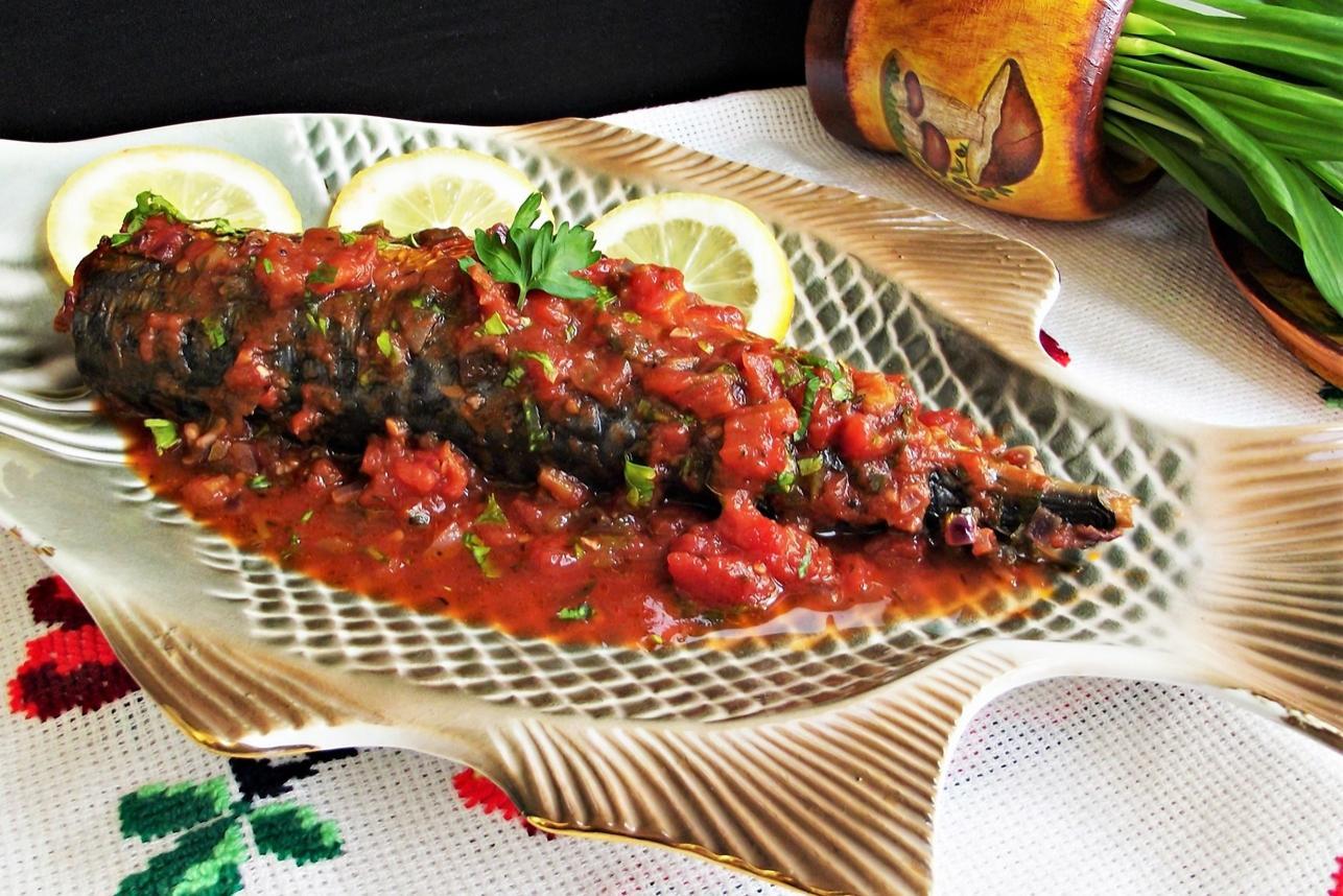 Nu ratați leurda în plin sezon și introduceți-o în cât mai multe preparate, cum este și acest macrou la cuptor în sos de roșii cu leurdă!