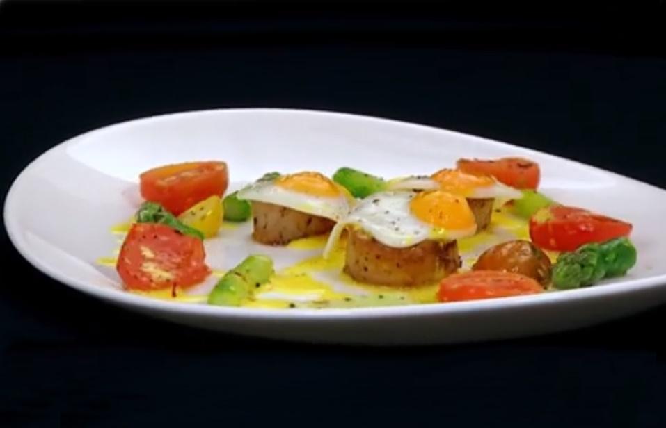 Scoici saint jacques cu ouă de prepeliță, roșii coapte, sparanghel sote si beure blanc cu șofran