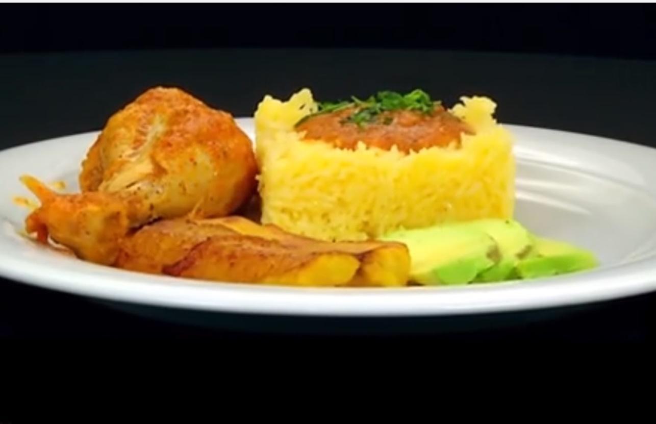 Tocăniță de pui cu sos din legume acrișor, avocado și banană prăjită. O combinație inedită de ingrediente, cu gusturi diferite!
