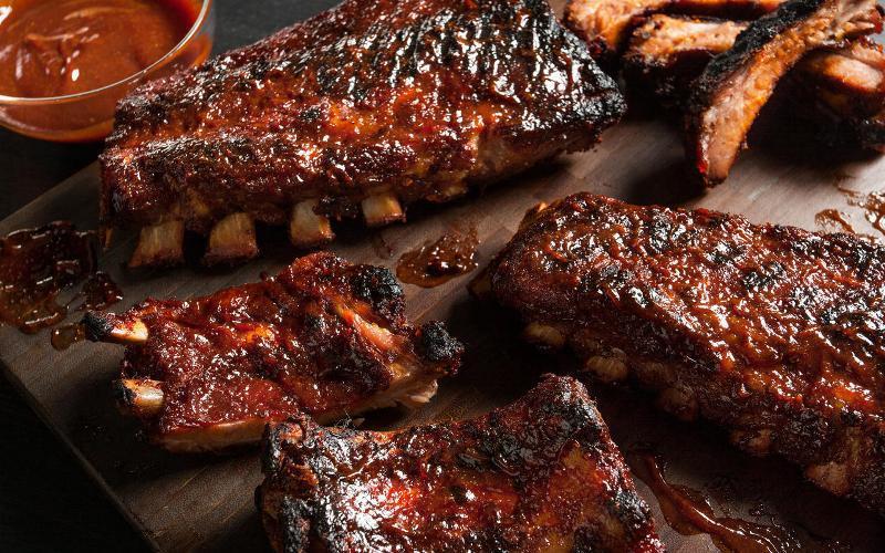Cum se face cea mai bună rețetă de coaste barbecue la cuptor, cu doar patru ingrediente!