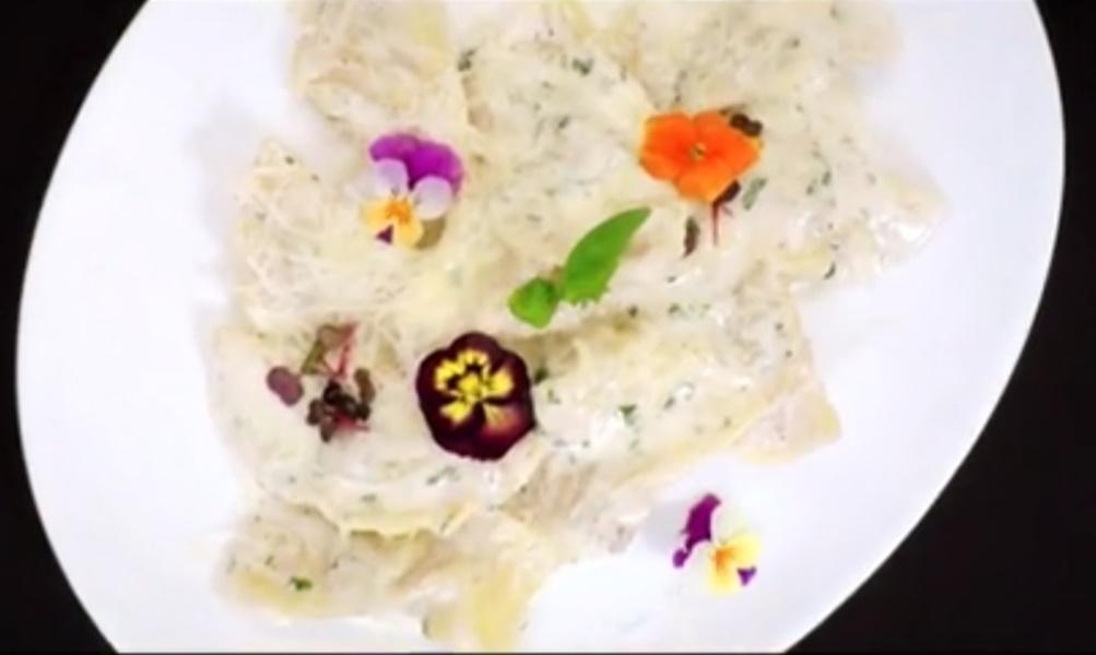Ravioli de casă cu sos de usturoi și pătrunjel