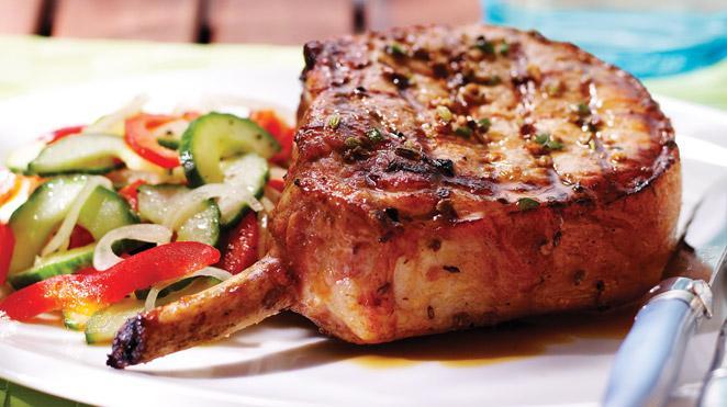 Cel mai bun cotlet de porc aromat cu garnitură de legume! Regis Stone te învață secretul unei rețete de succes