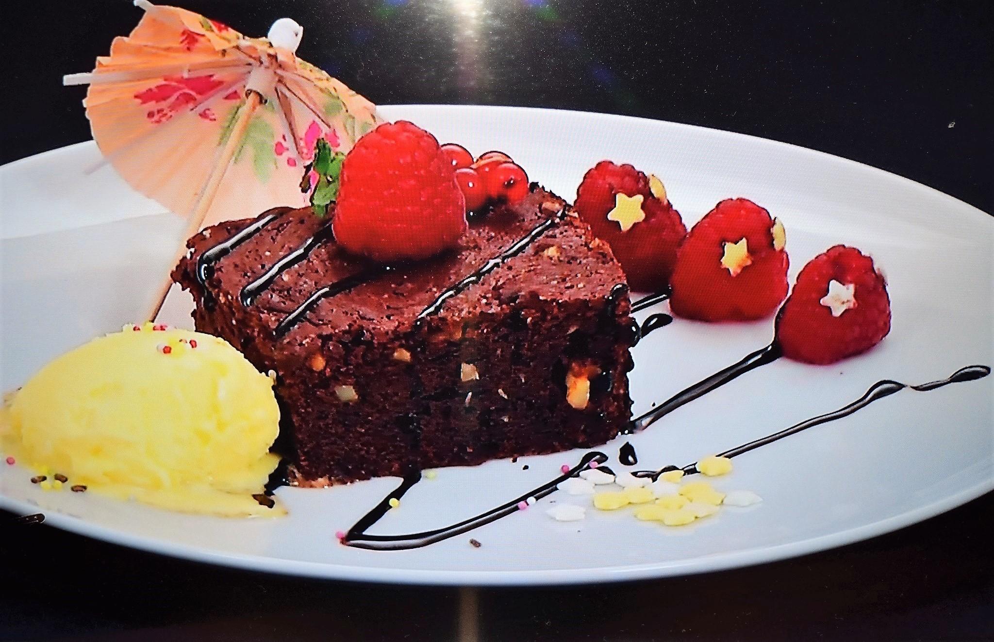 Prăjitura Brownie cu ciocolată, servită cu înghețată. O prăjitură delicioasă, umedă și lipicioasă!