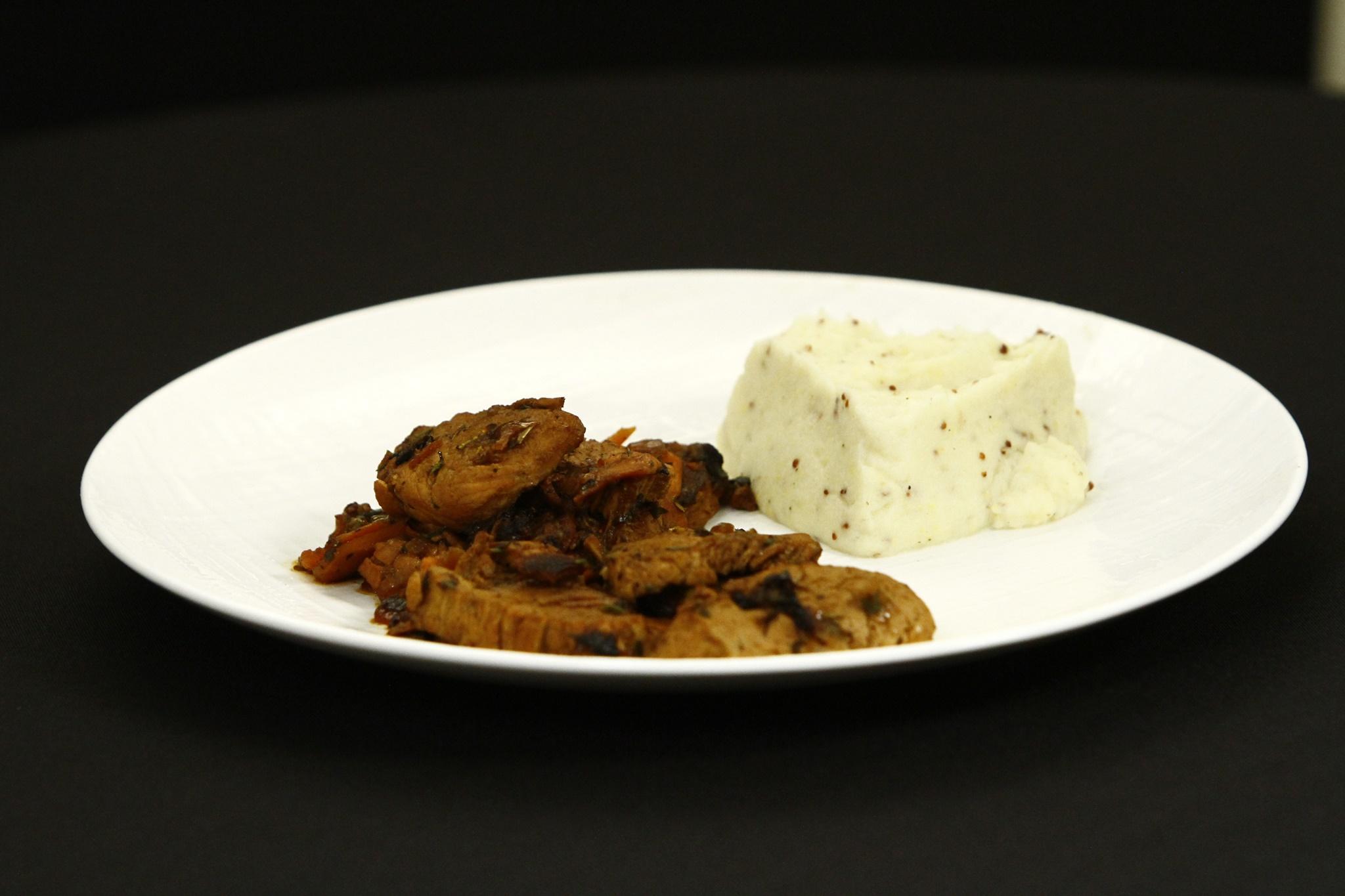 Muschiuleț de porc cu legume în oțet balsamic și piure de țelină