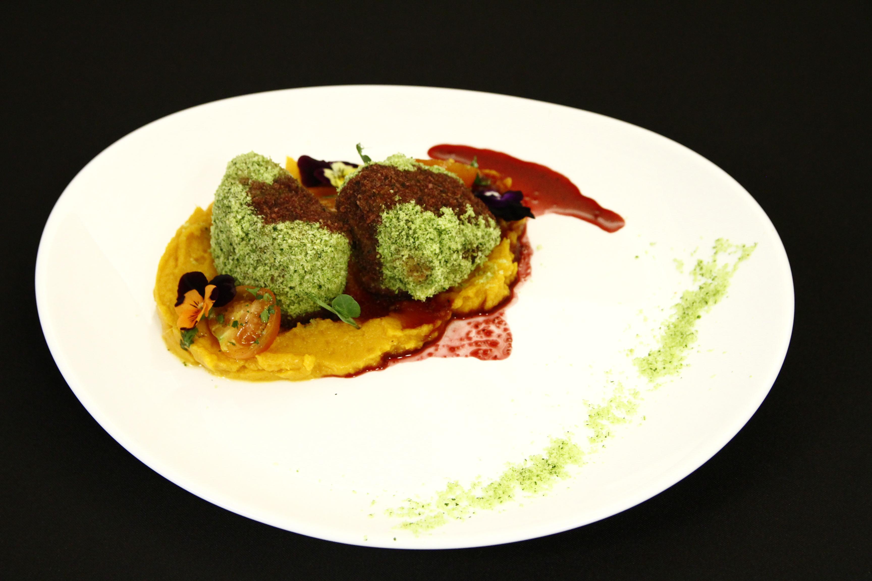 Muschiuleț de porc în crustă de pătrunjel cu piure de cartofi dulci și reducție de vin