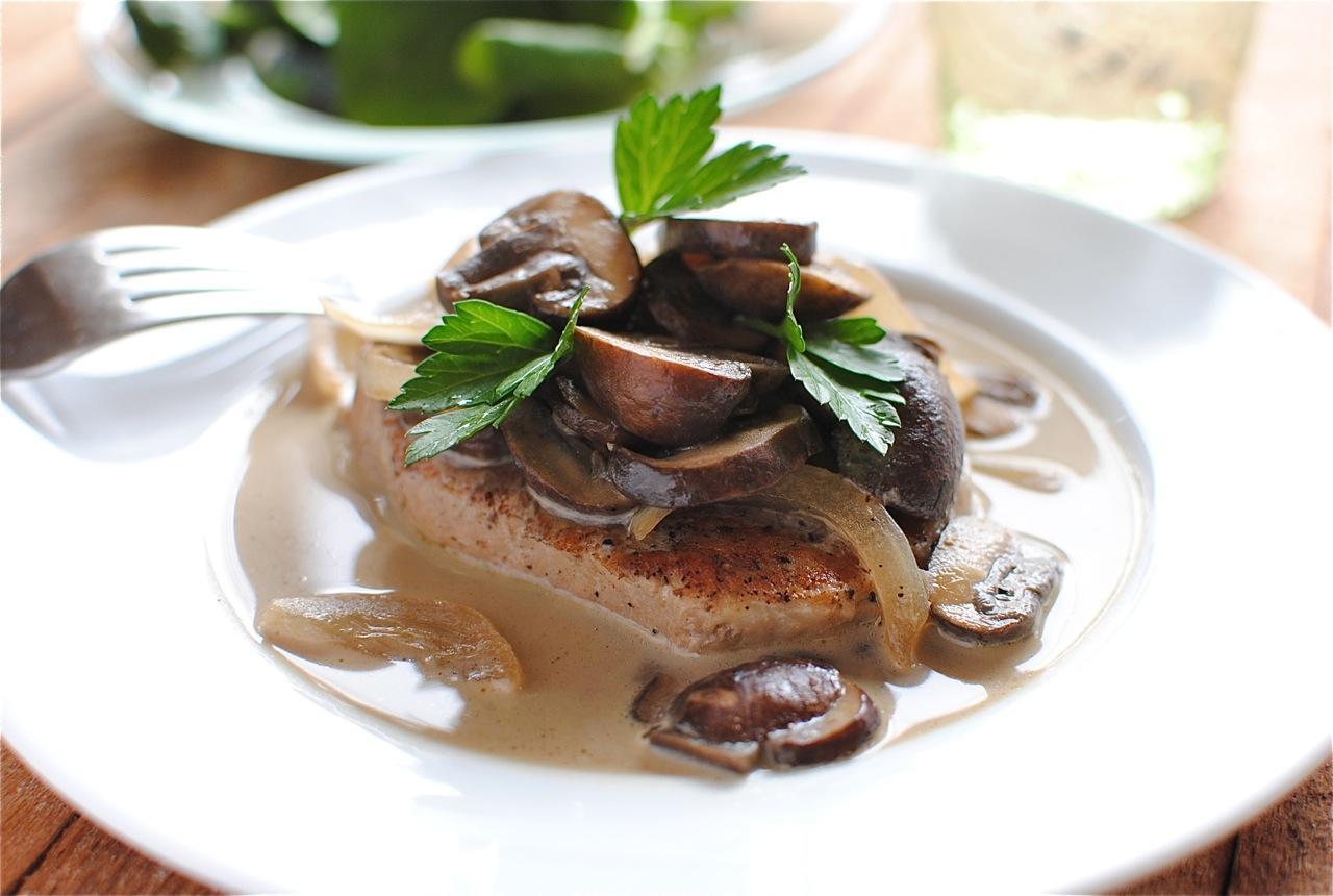Friptură cu sos alb și ciuperci, un deliciu pe care trebuie să-l încerci! Se face imediat, cu doar câteva ingrediente