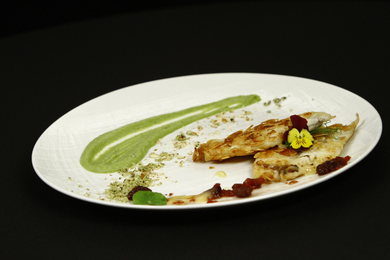 Pește în crustă de migdale cu sos de sparanghel și fructe de pădure