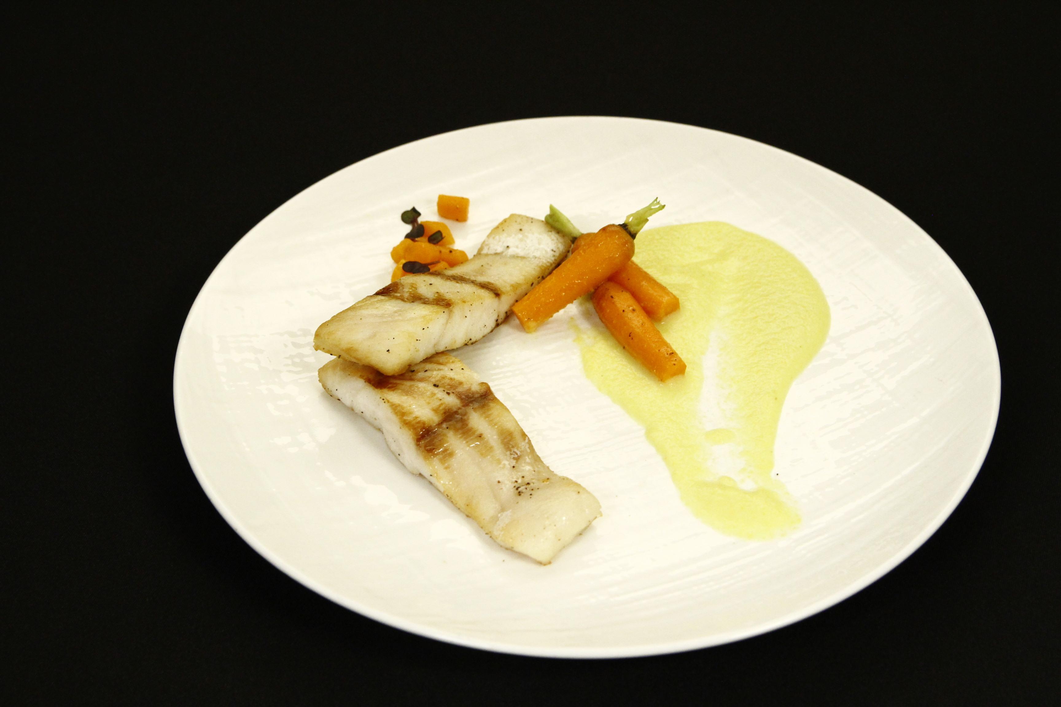 File de șalău cu morcovi sotați și sos de lămâie