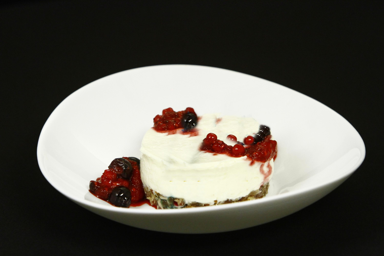 Cheesecake cu blat de curmale confiate și topping din fructe de pădure