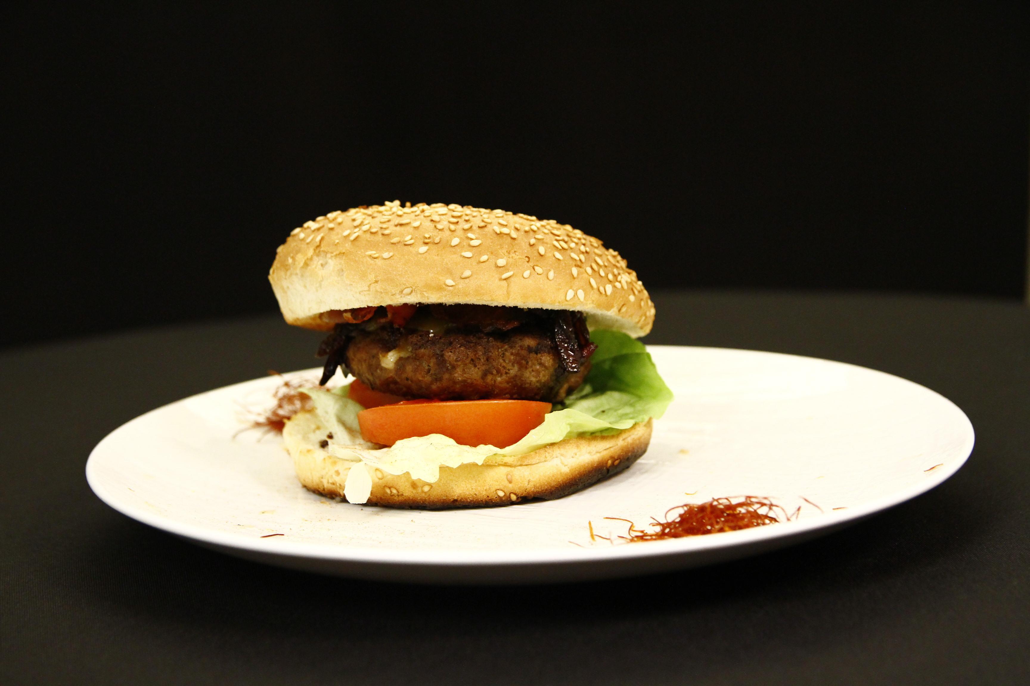 Burger de vită cu bacon, cașcaval, dulceață de ceapă și maioneză