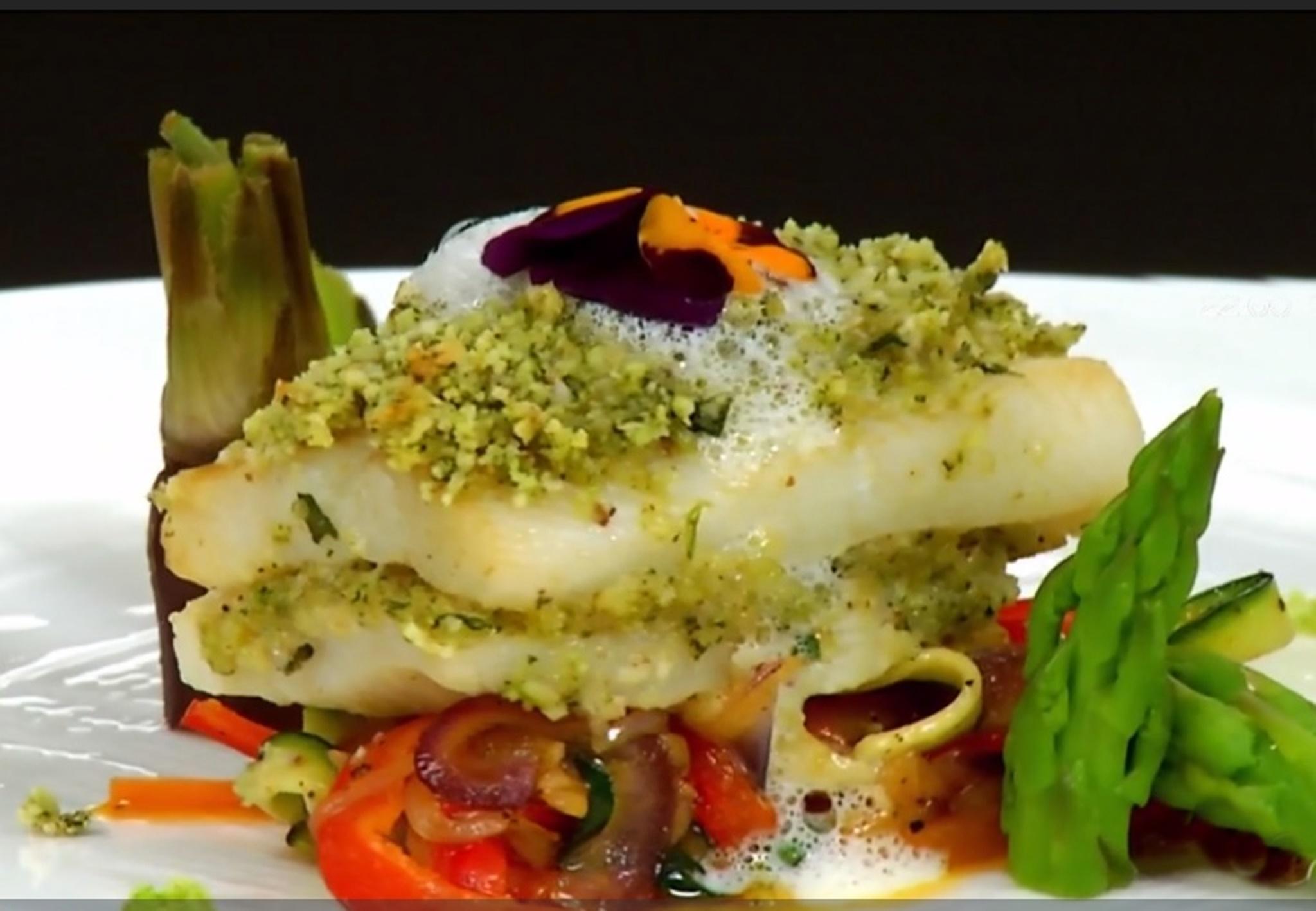 Tilapia în crustă de alune cu legume caramelizate și spumă de usturoi