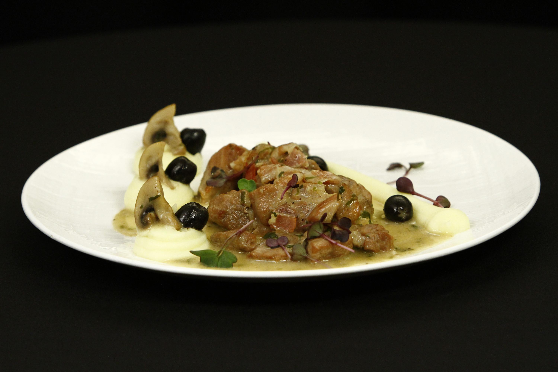 Cotlet haiducesc cu ciuperci, măsline, bacon și piure de cartofi