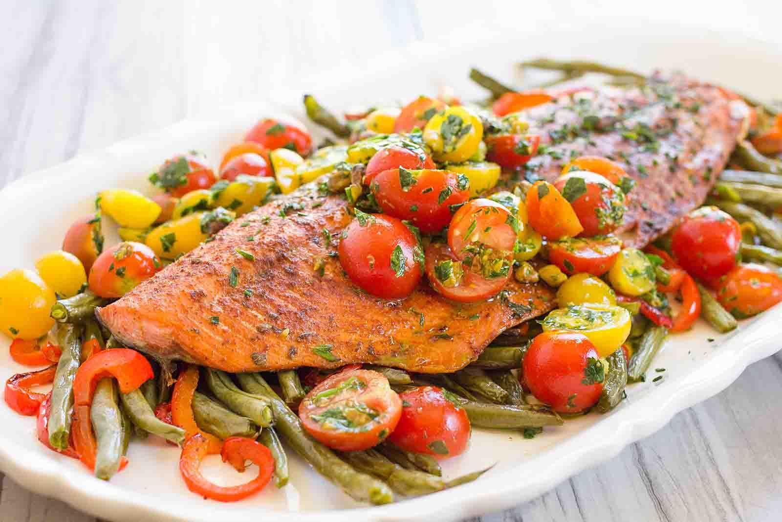 Somon pe pat de legume aromate, un deliciu perfect pentru sănătate! Rețeta se face simplu și rapid, într-o singură tigaie