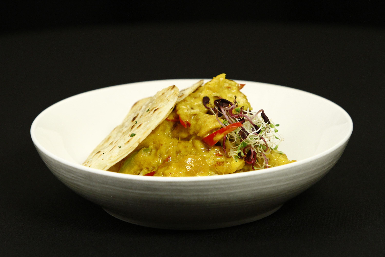Pui cu orez și curry, servite cu crispy de tortilla