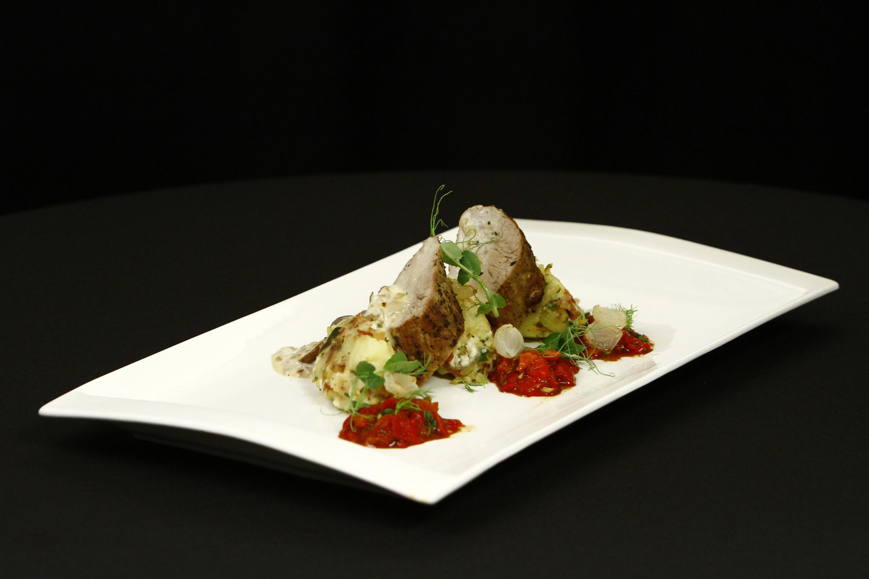 Mușchiuleț de porc în crustă de ierburi, cu cartofi țărănești