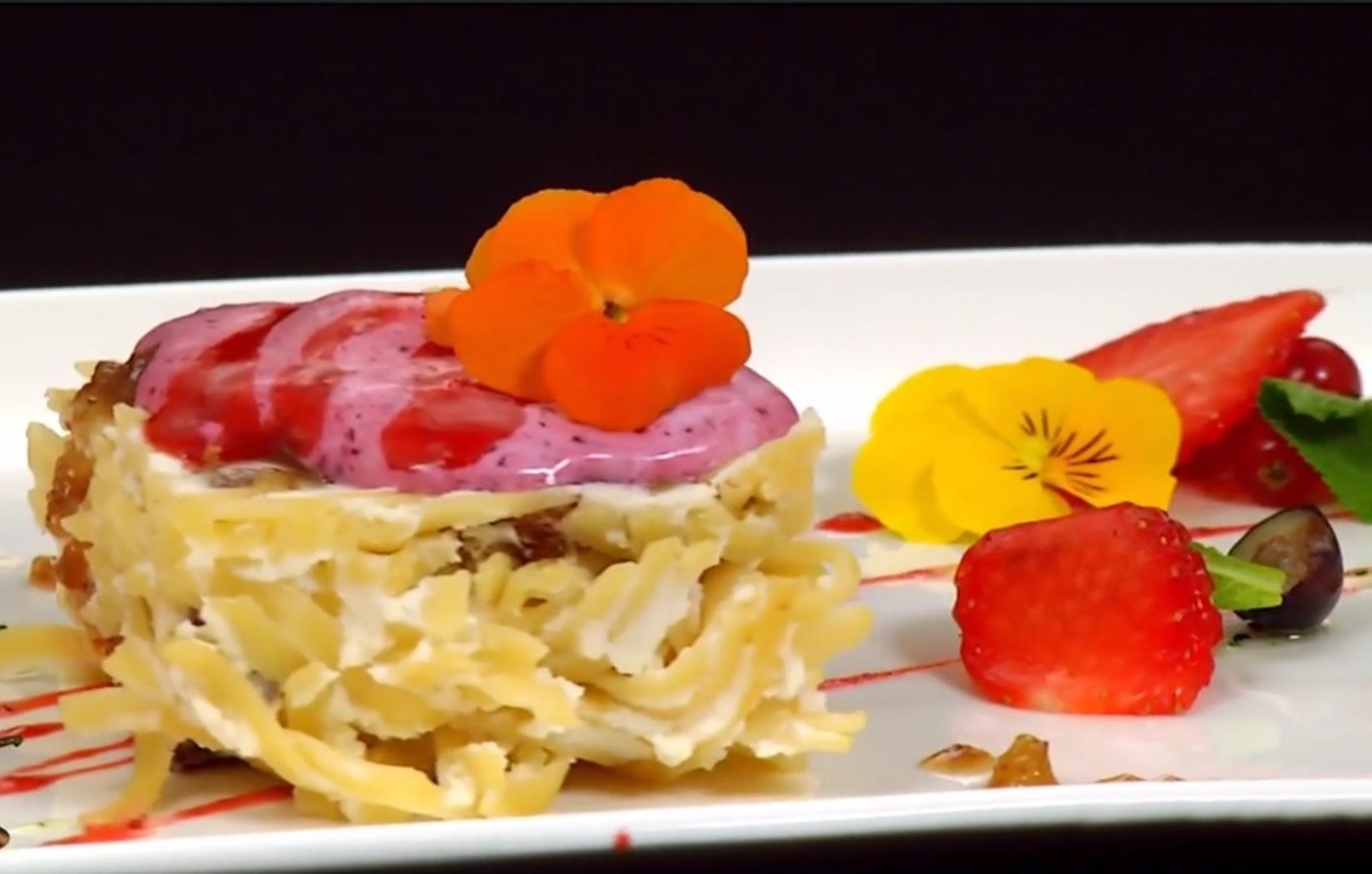 Bavette la cuptor cu brânză dulce și stafide, servite cu sos din fructe de pădure