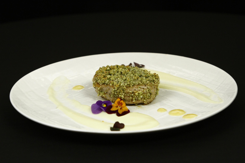 File de ton în crustă de alune și nuci, cu sos de unt și lime