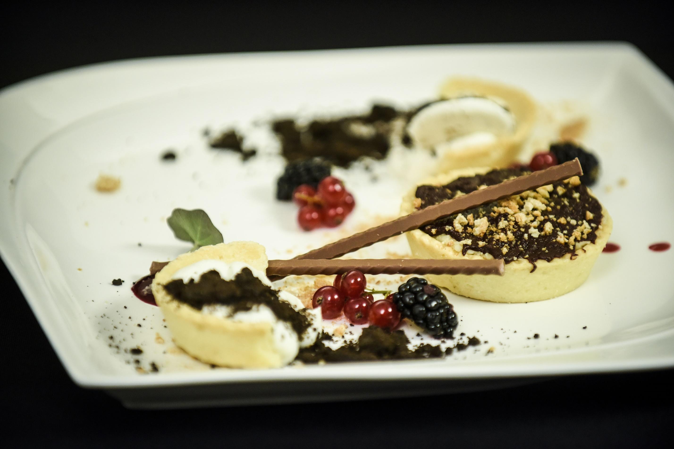Minitarte cu ciocolată, alune și fructe de pădure