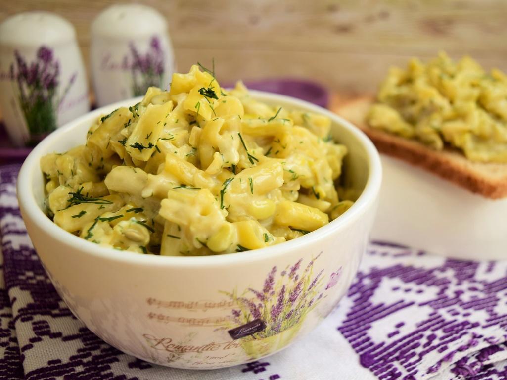 Salată din păstăi galbene de fasole cu maioneză și usturoi