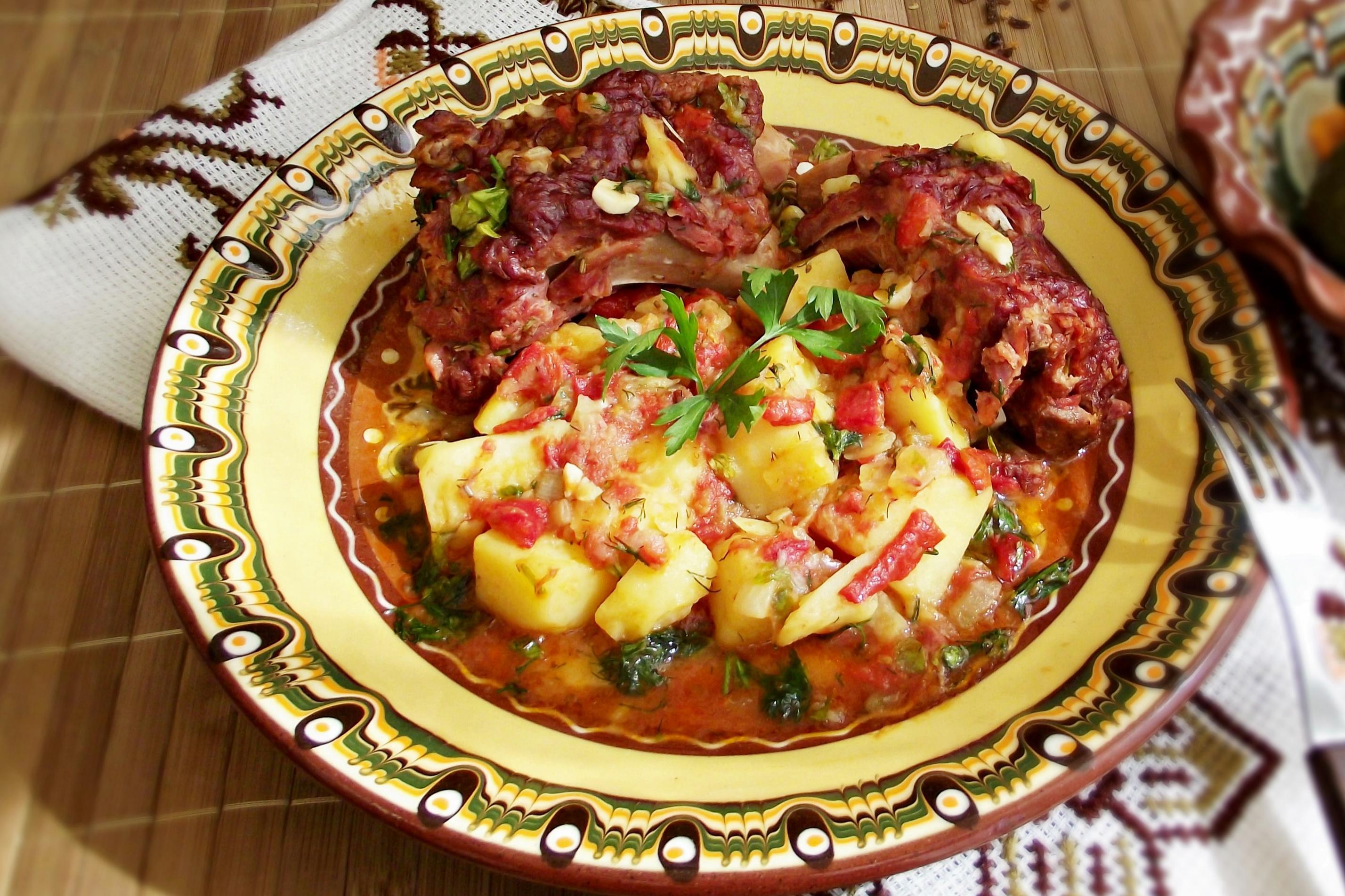 Mâncare țărănească de cartofi cu ardei copți și costiță afumată