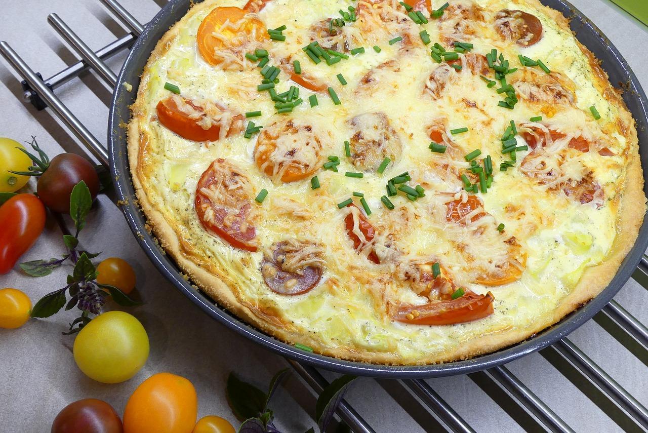Cum preparăm o delicioasă și aspectuoasă Tartă aperitiv cu brânzeturi și roșii cherry multicolore!