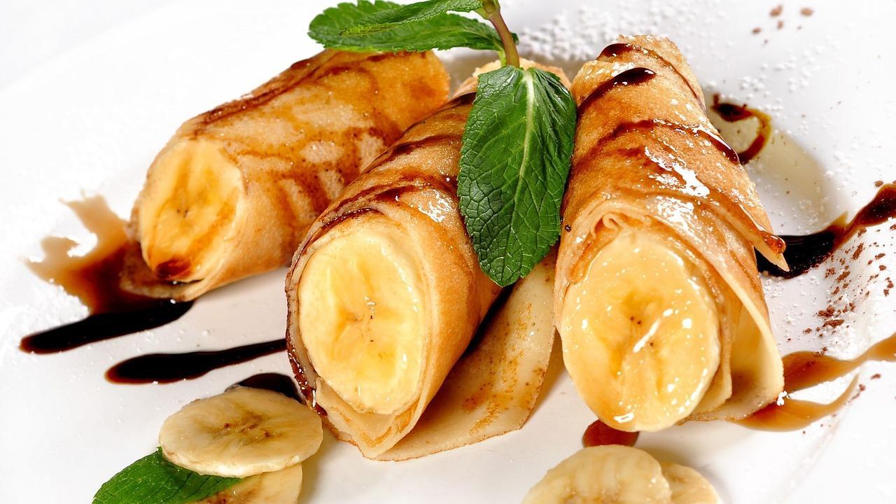 Rețetă de clătite umplute cu banane în sos caramel